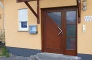 Massivholztür und Vordach mit Glas aus der Tischlerei Blaeser & Sauer