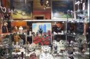 Linkes Schaufenster von Kunst und Antiquitäten Heidi Cornwall in Flensburg