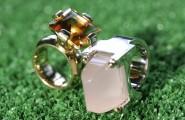 silberne und goldener Ohrring