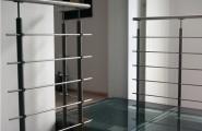 Treppe und Glasbrücke