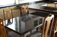 Esstisch aus schwarz glänzenden Marmor