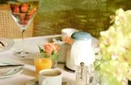 Entspanntes Frühstück mit Tee und Kaffee