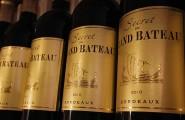 Weinflaschen mit dem Wein Grand Bateau