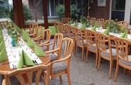 Esstische für mehrere Gäste draussen