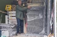 Mitarbeiter sichert die lieferfertigen Möbel