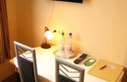 Tisch und Stühle im Doppelzimmer vom Hotel und Restaurant Munzert in Hof/Saale