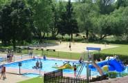Nichtschwimmerbecken und Beachvolleyball im Freibad auf dem Campingplatz Düderode