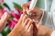 Fußnagelbehandlung mit Schleifgerät in der podologischen Fachpraxis von Anja Scholz