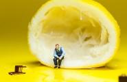 Mann sitzt in einer Zitrone - Photoshop Montage