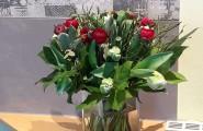 Mit Blumen dekorierter Schreibtisch an dem Beratungen stattfinden