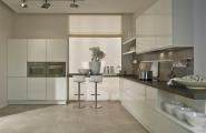 Weisse Küche mit Barhocker von KOW Design GmbH in Berlin