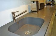 Graues Waschbecken von KOW Design GmbH in Berlin