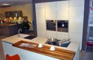 Weisse Inselküche von KOW Design GmbH in Berlin