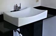 Gebogenes und frisches Design-Waschbecken in weiss