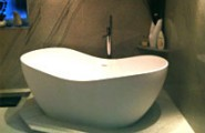 Badewanne auf schönem Marmorpodest