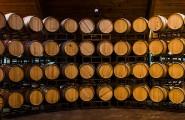 Weinlager mit Fässern