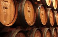 Gestapelte Weinfässer