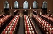 Weinfässer in der Halle