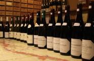 Weinflaschen in einer Halle